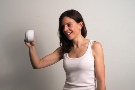 cabeza abajo: Mujer caucásica que sostiene la taza de café al revés Foto de archivo