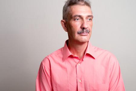 empleadas domesticas: Hombre cauc�sico mayor con bigote horizontal tiro del estudio