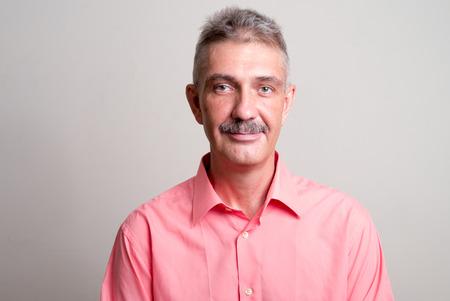 empleadas domesticas: Hombre mayor con bigote horizontal tiro del estudio
