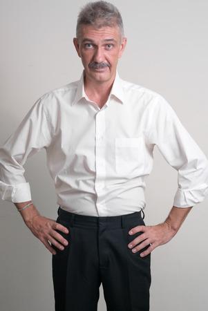 empleadas domesticas: Hombre mayor con bigote que llevaba el estilo casual de negocios estudio tiro vertical,