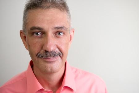 empleadas domesticas: Hombre mayor con bigote sonriendo estudio tiro horizontal