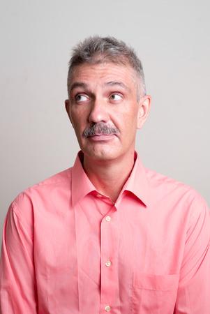 empleadas domesticas: Hombre caucásico mayor con bigote standing vertical de rodaje