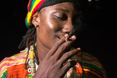 hombre fumando: Hombre que fuma africana Foto de archivo