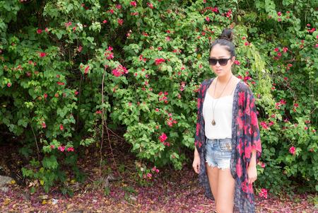 etnia: Hermosa mujer joven de etnia china de pie al aire libre