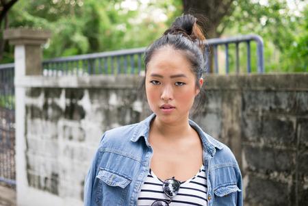 etnia: Mujer hermosa joven etnia china dispar� al aire libre