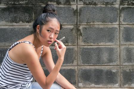 niñas chinas: Joven y bella celebración de cigarrillos mujer asiática con dejar de escribir