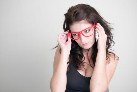 mujer sexy: Mujer atractiva con gafas de color rojo estudio tiro horizontal