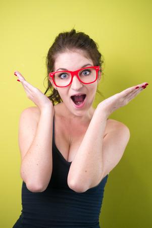 mujer sexy: Mujer atractiva que desgasta los vidrios rojos