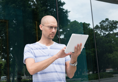 hombre calvo: Hombre calvo usando tableta digital Foto de archivo