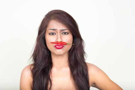 modelos desnudas: Mujer atractiva usando chile para hacer bigote