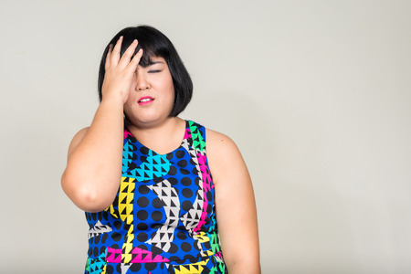 donne obese: Stressato donna asiatica grasso sentirsi triste Archivio Fotografico