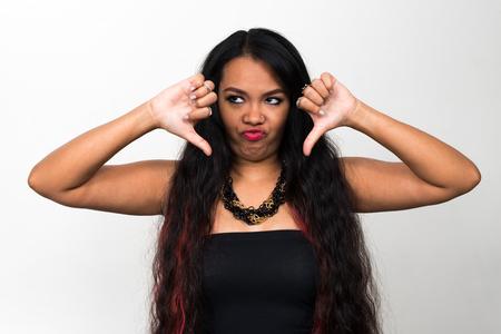 mujer decepcionada: Pulgar abajo de la mujer asi�tica