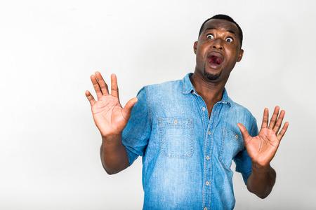 carita feliz: Retrato de hombre guapo afroamericano negro busca miedo