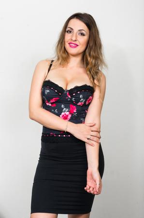 big boobs: Mujer atractiva con los pechos grandes que parece atractiva