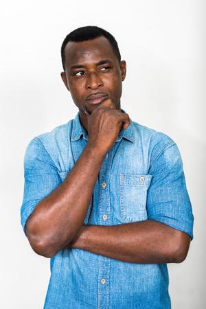 persona pensando: Retrato del hombre afroamericano negro