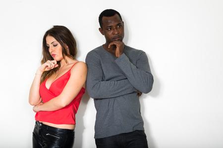 divorce: triste hombre y mujer pensando en el divorcio