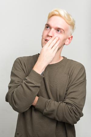 poses de modelos: Retrato de hombre de raza cauc�sica rubia