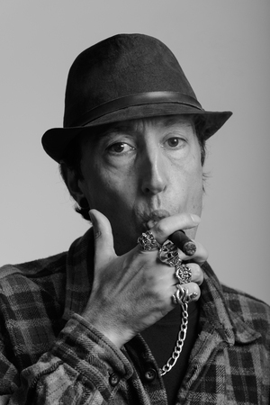 hombre fumando puro: Face of mature gangster man smoking cigar in black and white