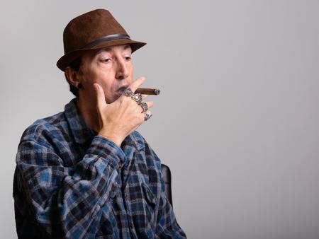 hombre fumando puro: Estudio tirado de gángster madura de fumar cigarros hombre Foto de archivo