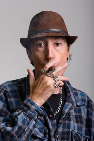 hombre fumando puro: Cara del gángster madura de fumar cigarros hombre