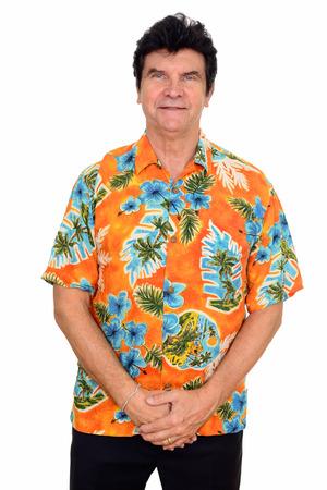 スタジオ撮影の中年の白人男の白い背景に対して隔離される身に着けているハワイアン シャツ