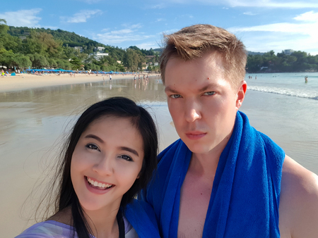 Young Couple Taking Selfie On The Beach In Phuket Thailand Horizontal Shot 版權商用圖片