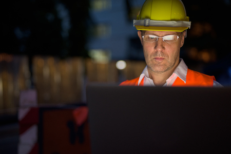 Volwassen man bouwvakker op de bouwplaats in de c