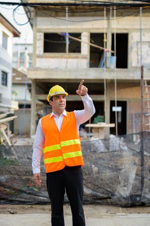 Handsome Persian man construction worker at the construction sit Foto de archivo - 103350795