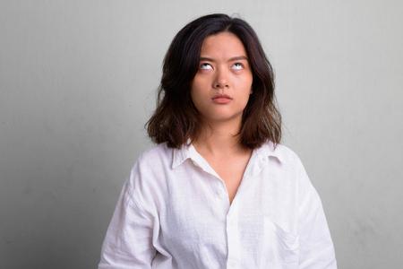 Retrato de joven bella mujer asiática con pelo corto Foto de archivo