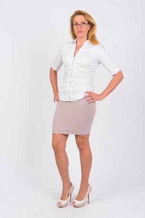 Retrato, de, maduro, mujer de negocios, contra, fondo blanco