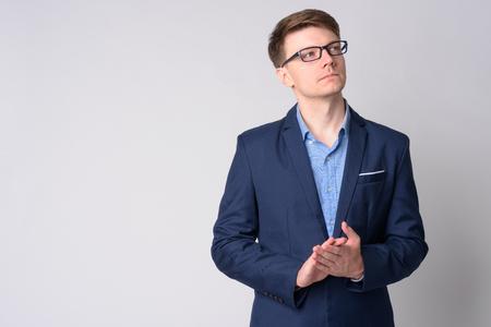 Portrait de jeune homme d'affaires beau en costume pensant