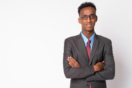 Giovane uomo d'affari africano felice con gli occhiali che sorride?
