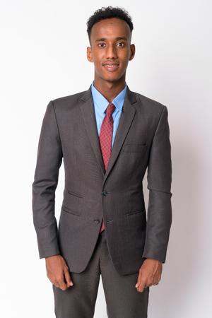 Ritratto di giovane uomo d'affari africano felice in vestito che sorride? Archivio Fotografico