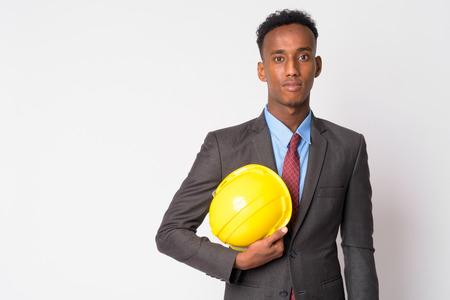 Porträt des jungen gutaussehenden afrikanischen Geschäftsmannes mit Bauarbeiterhelm