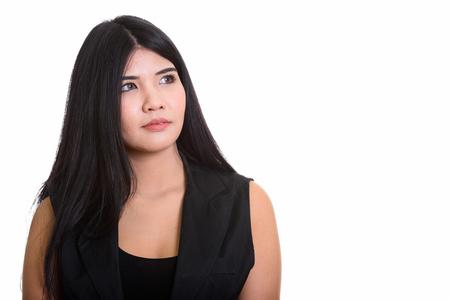 Retrato de estudio de joven mujer asiática aislada contra el fondo blanco.