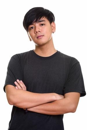 Foto de estudio de hombre asiático guapo fresco con los brazos cruzados