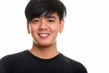 Studio shot di un uomo asiatico felice e simpatico che sorride