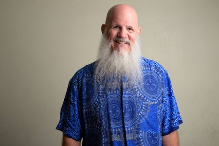 Happy mature bald man with long gray beard smiling Foto de archivo - 129177005
