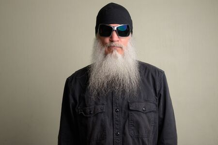 Mature man with long gray beard wearing beanie hat and sunglasses Stok Fotoğraf
