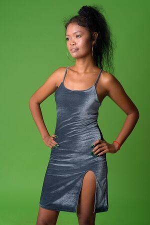 Portret młodej azjatyckiej kobiety z myślami o kręconych włosach