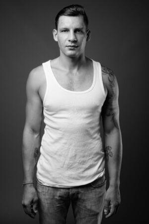Foto de estudio de hombre musculoso rodada en blanco y negro