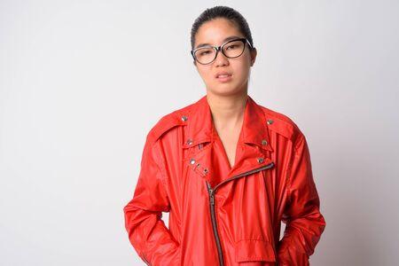 Portrait de jeune femme rebelle asiatique fière