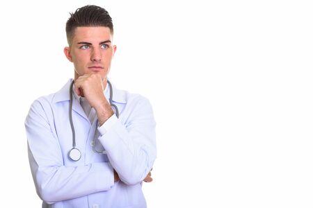 Studio shot di giovane uomo bello medico pensando