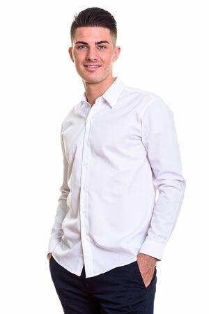 Studioaufnahme eines jungen, glücklichen, gutaussehenden Mannes, der lächelt