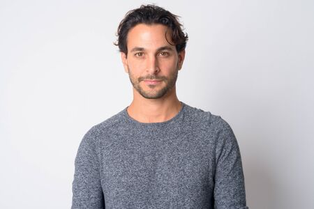 Gesicht eines gutaussehenden hispanischen Mannes, der in die Kamera schaut Standard-Bild