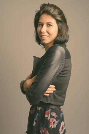 Porträt einer jungen schönen Frau mit kurzen Haaren