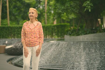 Piękna starsza kobieta turystyczna z blond włosami relaks po mieście Bangkok, Tajlandia