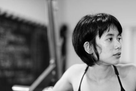 Giovane bella donna asiatica che si allena in palestra