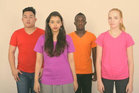 Strzał studio zróżnicowanej grupy wieloetnicznych przyjaciół stojących razem