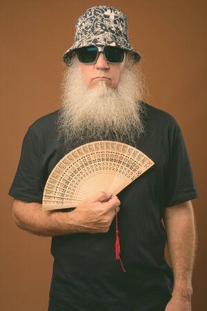 Uomo maturo con una lunga barba grigia che indossa occhiali da sole e cappello Archivio Fotografico